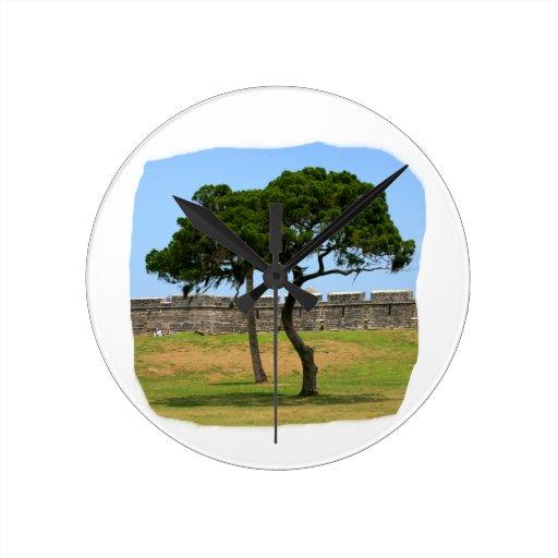 Dos árboles y paredes del castillo reloj redondo mediano