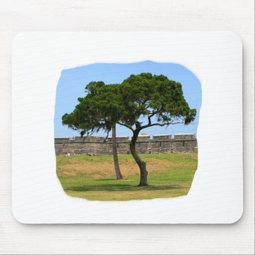 Dos árboles y paredes del castillo tapete de ratón