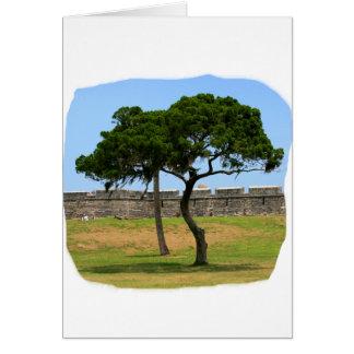 Dos árboles y paredes del castillo tarjeton