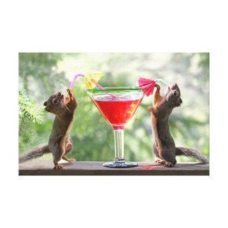 Dos ardillas que beben un cóctel lona estirada galerias