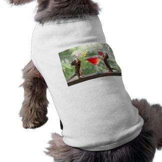 Dos ardillas que beben un cóctel camiseta de mascota