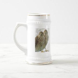 Dos aves rapaces aumentaron la foto del animal de jarra de cerveza