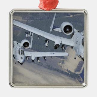Dos aviones del rayo II de A-10C vuelan en formato Adorno Navideño Cuadrado De Metal