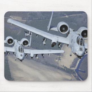Dos aviones del rayo II de A-10C vuelan en formato Mouse Pad