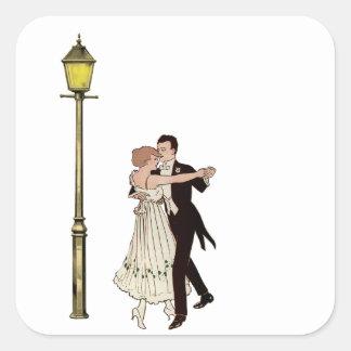 Dos bailarines de los años 20 y luces de calle pegatina cuadrada