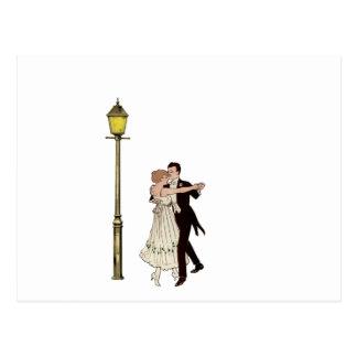 Dos bailarines de los años 20 y luces de calle tarjeta postal