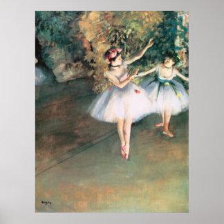 Dos bailarines en una etapa cerca desgasifican, póster