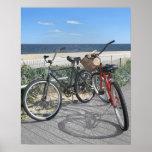 Dos bicis en orilla del jersey del paseo marítimo póster