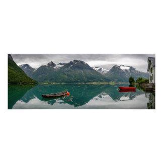 Dos botes de remos con la reflexión en un lago fotografías