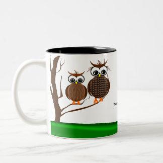 Dos búhos que se sientan en un árbol - taza