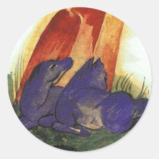 Dos caballos azules delante de un rocho rojo de pegatina redonda