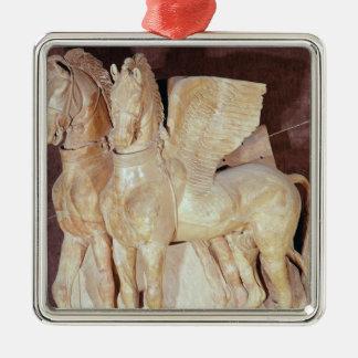 Dos caballos cons alas del frontón de a adorno navideño cuadrado de metal
