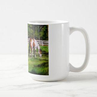 Dos caballos de la pintura que pastan taza clásica