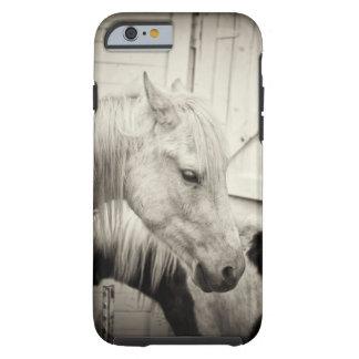 dos caballos fuera de un establo blanco y negro funda resistente iPhone 6