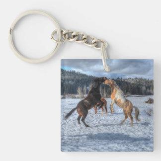 Dos caballos Playfighting del rancho en la nieve Llavero Cuadrado Acrílico A Una Cara