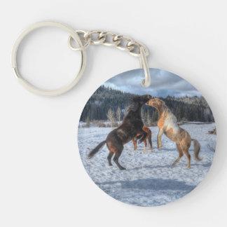 Dos caballos Playfighting del rancho en la nieve Llavero Redondo Acrílico A Una Cara
