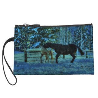 Dos caballos Playfighting del rancho en la noche