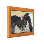 Dos caballos salvajes de Brown Nuzzling Impresiones En Lienzo Estiradas