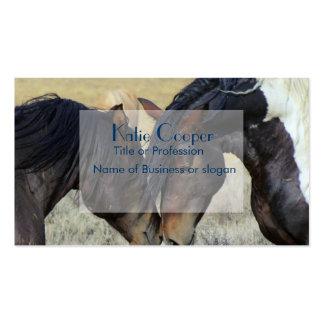 Dos caballos salvajes de Brown Nuzzling Tarjetas De Visita