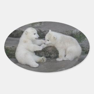 Dos cachorros del oso polar pegatina ovalada