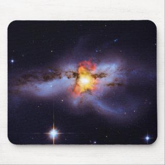 Dos calabozos de combinación en la galaxia NGC 624 Tapetes De Ratón