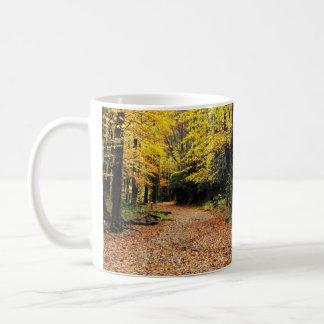 Dos caminos en una madera amarilla - otoño taza clásica