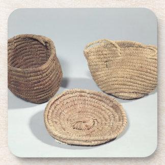 Dos cestas y una cubierta (frondas tejidas de la p posavasos