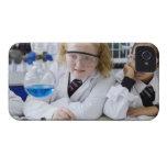 Dos chicas en capas del laboratorio del uniforme iPhone 4 carcasa