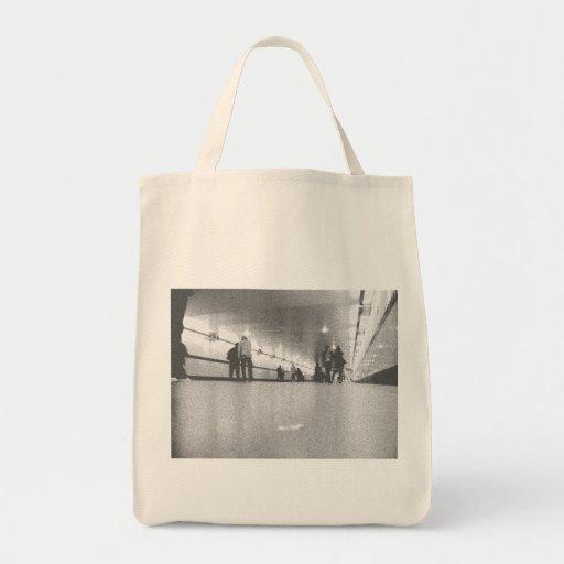 Dos chicas en el metro bolsas de mano