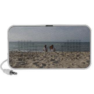 Dos chicas en la playa de Sandy: Océano ventoso de Altavoz De Viaje