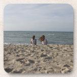 Dos chicas en la playa de Sandy: Océano ventoso de Posavasos De Bebidas
