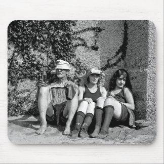 Dos chicas hermosos y un viejo hombre gruñón tapete de ratón