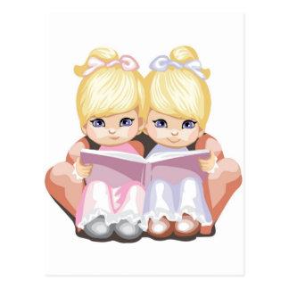 Dos chicas observados pequeño azul en rosa tarjeta postal