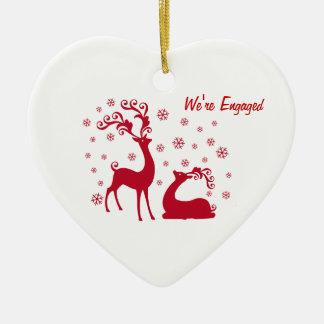 Dos ciervos en el compromiso del corazón del amor adorno navideño de cerámica en forma de corazón