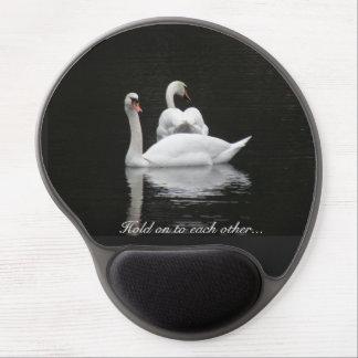 Dos cisnes en un lago alfombrilla con gel