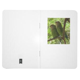Dos Cockatoos en un diario del bolsillo de la rama Cuaderno Grapado