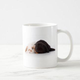 Dos conejitos lindos del bebé taza básica blanca