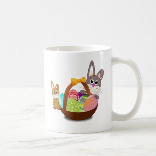 Dos conejos de conejito con los huevos de Pascua e Tazas De Café