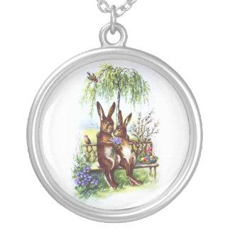 Dos conejos en un banco colgante redondo