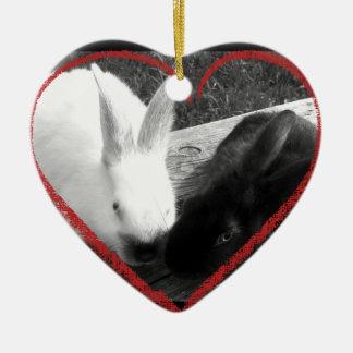 Dos conejos lindos con un corazón. Los contrarios Adorno Navideño De Cerámica En Forma De Corazón