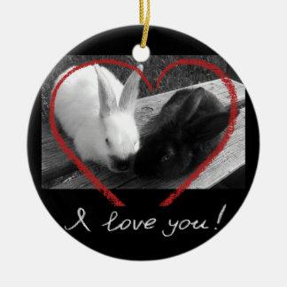 Dos conejos lindos con un corazón. Los contrarios Adorno Navideño Redondo De Cerámica