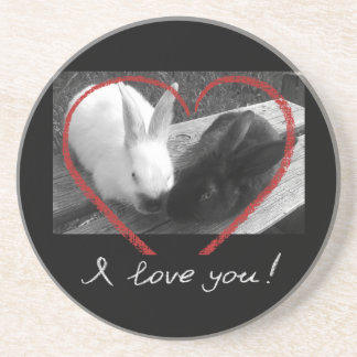 Dos conejos lindos con un corazón. Los contrarios Posavasos Diseño