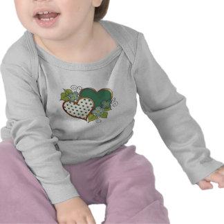 Dos corazones con los puntos verdes de los flores camiseta