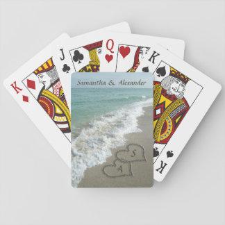 Dos corazones de la arena en el boda de playa barajas de cartas