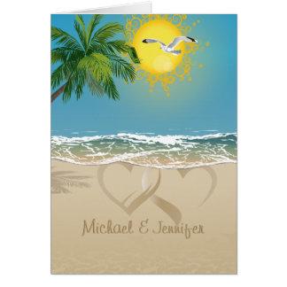 Dos corazones de la arena en la playa ahorran la t tarjetón
