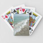 Dos corazones de la arena en la playa barajas de cartas