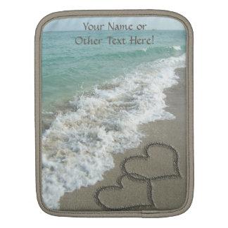 Dos corazones de la arena en la playa, océano fundas para iPads