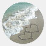 Dos corazones de la arena en la playa, océano pegatinas redondas