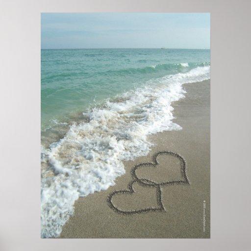 Dos corazones de la arena en la playa, océano póster