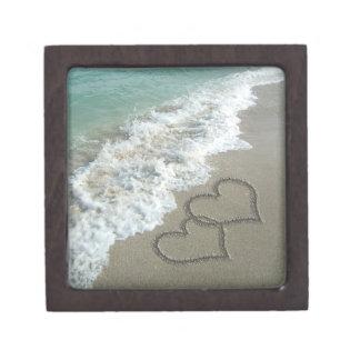 Dos corazones de la arena en la playa, océano romá cajas de recuerdo de calidad